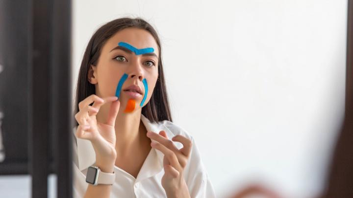 Вместо ботокса: 5 способов «заклеить» лицо, чтобы избавиться от морщин и второго подбородка