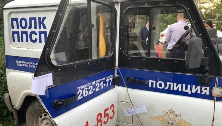 Полицейские, обвиняемые в изнасиловании девушки в автомобиле ППС, перечислили ей по 5 тысяч рублей