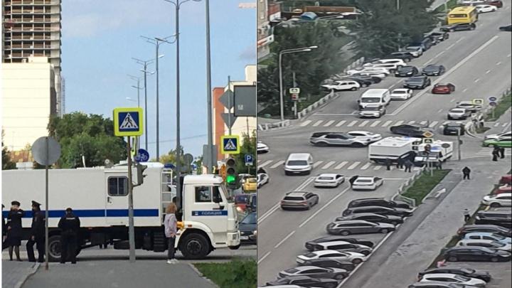 «Очень много полиции, движение заблокировано»: в Екатеринбурге автозак попал в ДТП