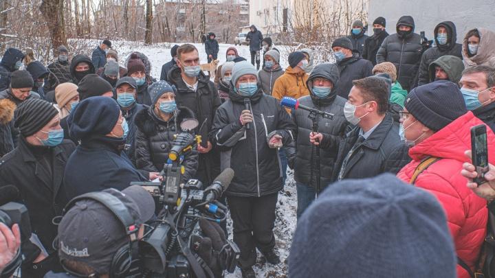 «Будем перекрывать тракторам дорогу»: жители Паркового выступили против строительства общежития РЖД в Черняевском лесу
