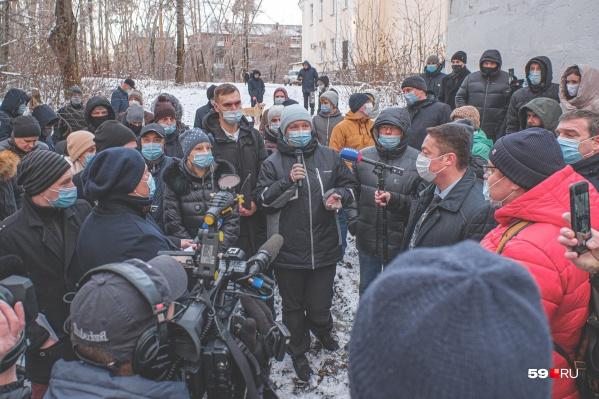 Задать свои вопросы представителям администрации и РЖД пришли жители микрорайона Паркового