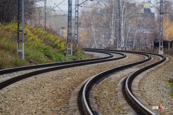 Мужчина переходил дорожные пути, когда его сбил поезд