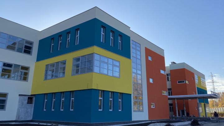 Цвет подбирали колористы: подрядчики вышли на финальный этап строительства школы в Новой Самаре
