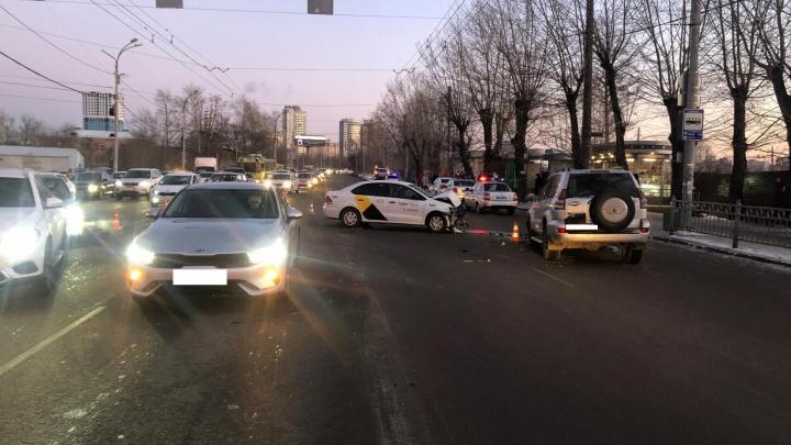 Водителя, который устроил серьезную аварию с такси на Белинского и уехал, нашли