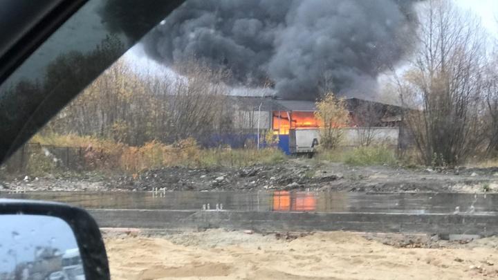 Склад на площади 800 кв. метров загорелся в Сормовском районе