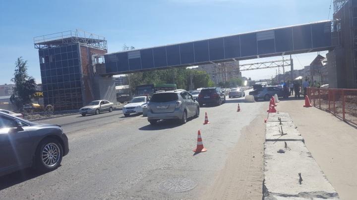 В Тюмени автомобиль сбил дорожного рабочего