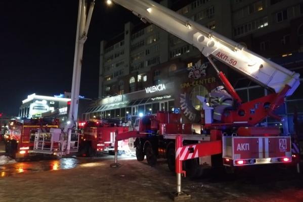Для тушения пожара в салоне привлекли 47 пожарных