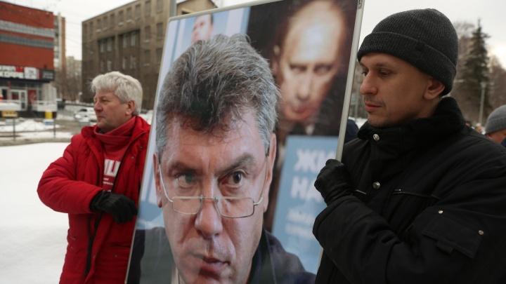 Новосибирцы с цветами собрались на Красном проспекте в память о Немцове — онлайн-репортаж