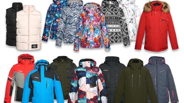 Магазин в центре города распродает зимние куртки с огромными скидками