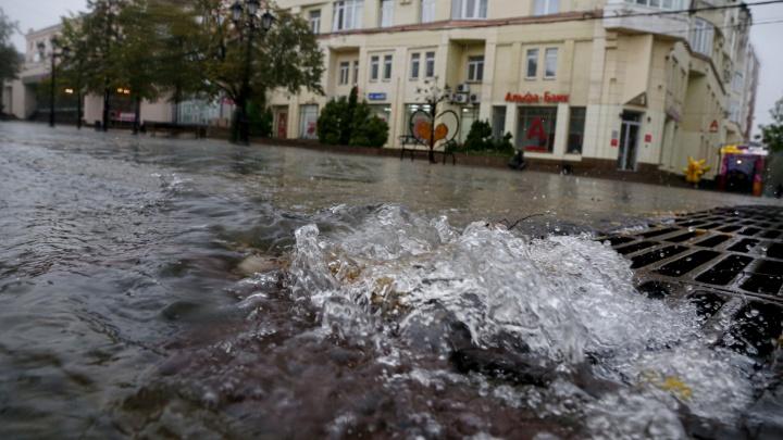 Потоп парализовал движение в центре Кемерово. Власти рассказали, где его уже восстановили