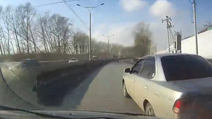 «Мама, я руку сломал!». Автомобилистка с сыном перевернулись на Большевичке — их подрезал провокатор