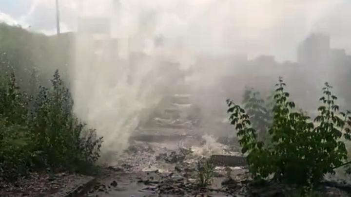 Вода била фонтаном: в Новосибирске во время теплоиспытаний прорвало трубу у спуска к городскому пляжу