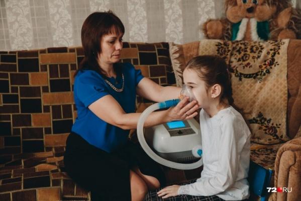 Еще совсем недавно девочка могла самостоятельно ходить, но из-за прогрессирования болезни оказалась в инвалидной коляске