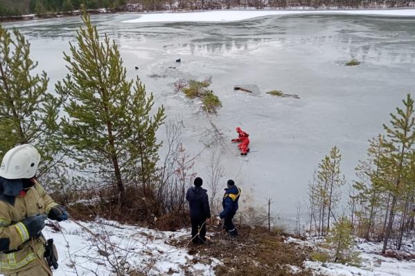 Рыбаки вышли на хрупкий осенний лед