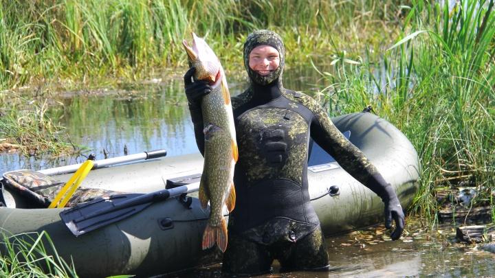 13 килограммов одним выстрелом: омич охотится на рыбу под водой и с гарпуном