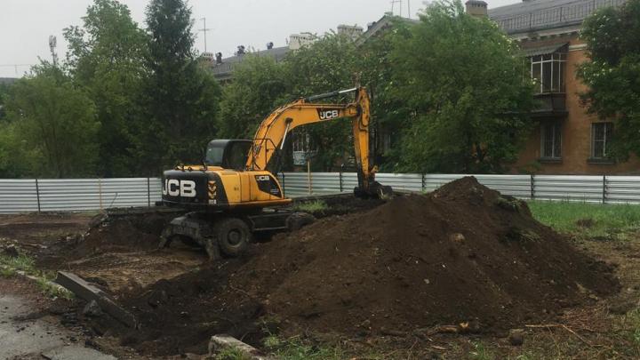 Челябинская мэрия отменила разрешение на строительство аптеки, под которую в сквере вырубили деревья