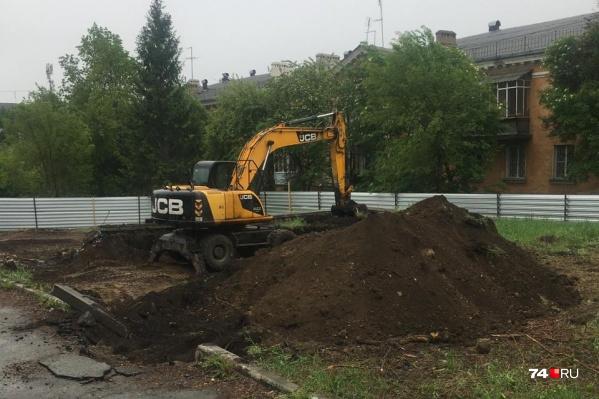 В сквере на ЧМЗ сегодня опять работала техника, но власти утверждают, что застройщик начинает консервировать площадку