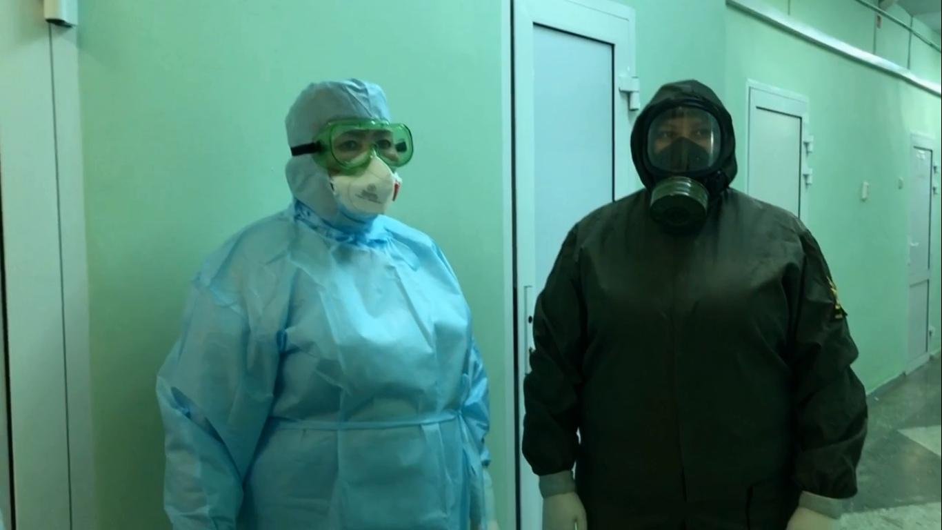 В таких костюмах работают медики с больными коронавирусом
