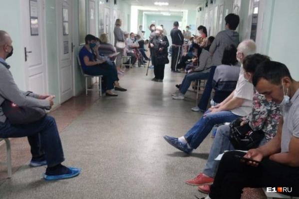 Пациентам с не очень высокой температурой говорят приходить в поликлинику самим