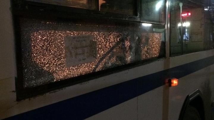 «Похоже, целились в водителя»: в Истоке обстреляли автобус
