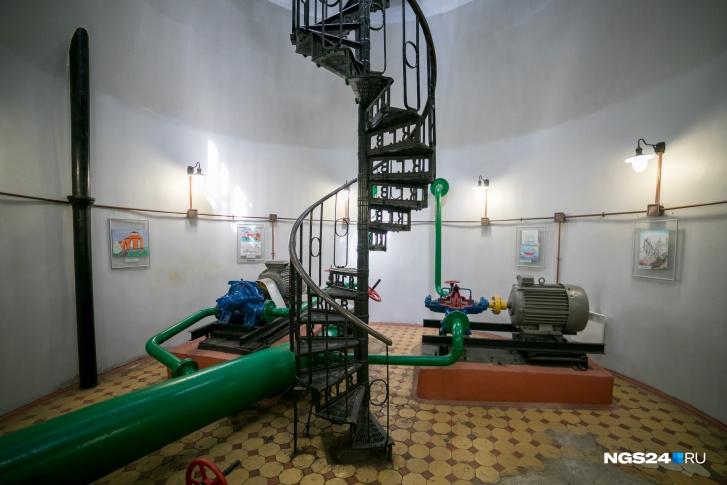 Под каждой из башен оборудован водозабор. Когда-то здесь было очень шумно, работали насосы, которые сейчас превратили в учебные пособия для студентов