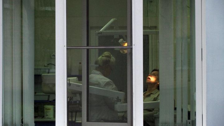 Только с острой болью: в Волгограде определили режим работы стоматологий