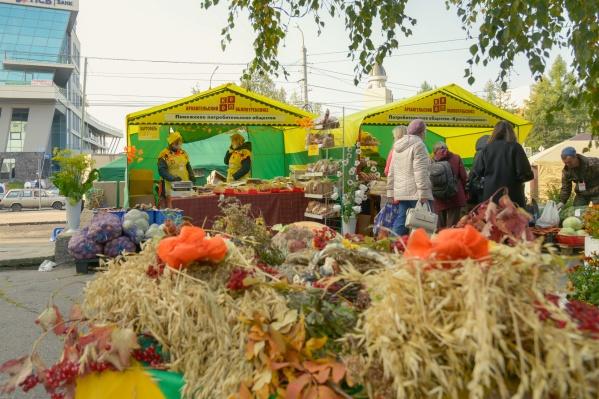 Ярмарка расположилась в этом году на пяти точках города — например, она с утра работает на площадке перед зданием Облпотребсоюза