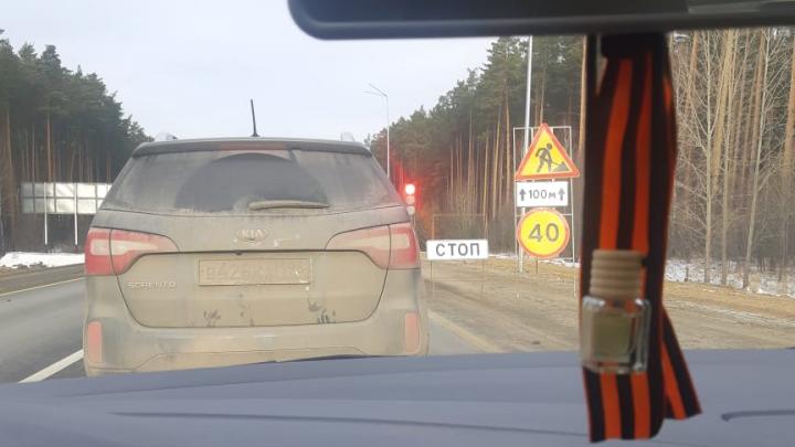 «Полтора часа стоим»: пробка на ЕКАД растянулась на 13 километров