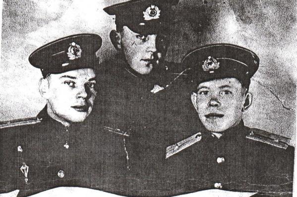 На этом снимке изображён экипаж самолёта, который сбили во время выполнения боевой задачи в Балтийском море