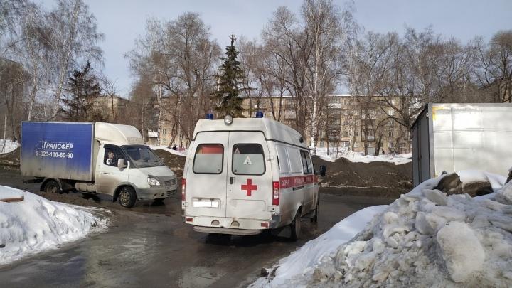 «У врачей одноразовые халаты, а мы их носим целый день»: водители скорой помощи заявили о нехватке защиты