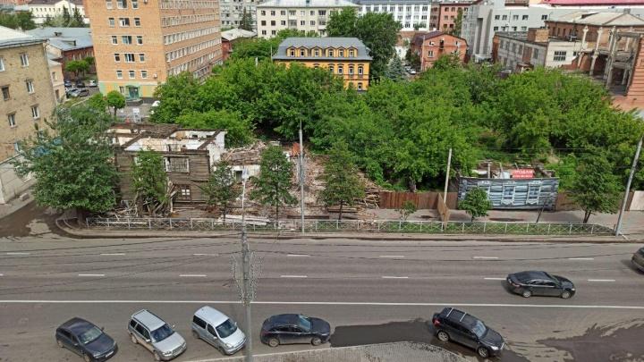 В центре Красноярска сносят старый многоквартирный барак. Соседний продают за 18 миллионов