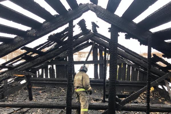 Кровля дома сгорела практически полностью, а в помещениях нужно делать серьезный ремонт