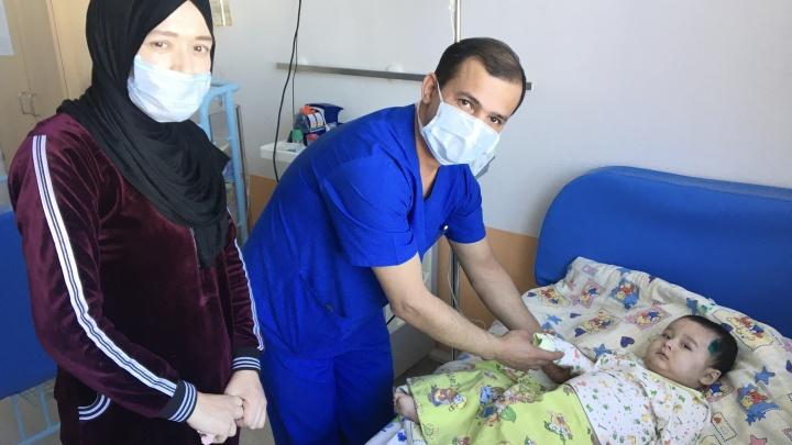 Врачи из Тюмени спасли малыша с опухолью в шее, но он не может вернуться на родину из-за коронавируса