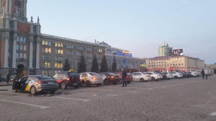Таксисты встали на площади 1905 года в знак протеста против установки защитных экранов