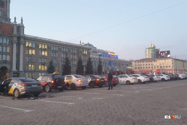 На площадь приехали водители разных перевозчиков