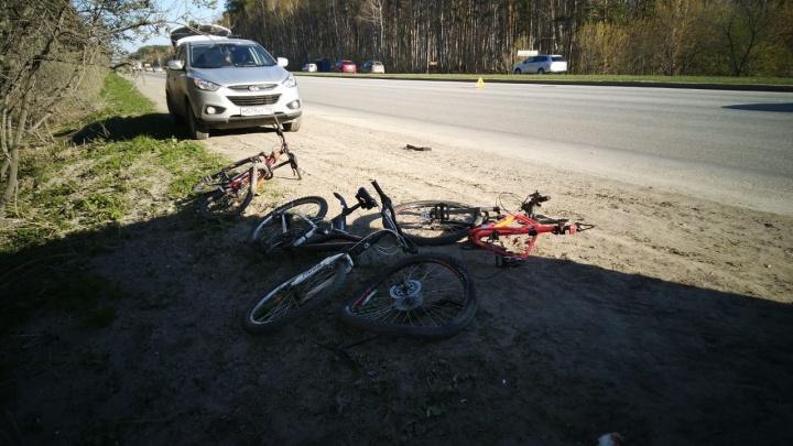 Машину занесло на обочину: в Екатеринбурге водитель легковушки сбил двух подростков на велосипедах