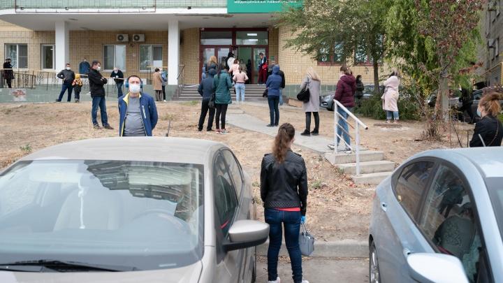 «Вчера еще были драки»: огромные очереди из поликлиник в Волгограде перекочевали в частные лаборатории