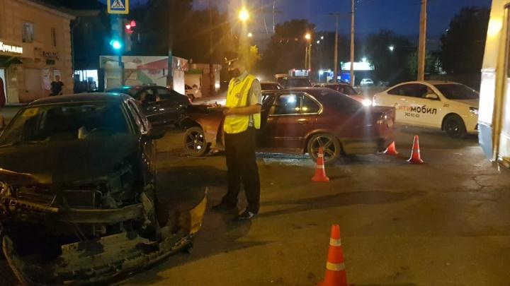 На Уралмаше лоб в лоб столкнулись BMW и Renault: три человека пострадали