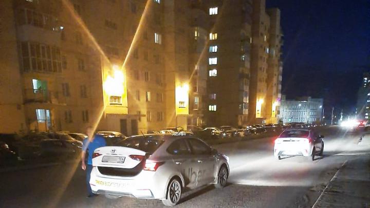 В Октябрьском районе автомобиль такси сбил женщину — её увезли в больницу