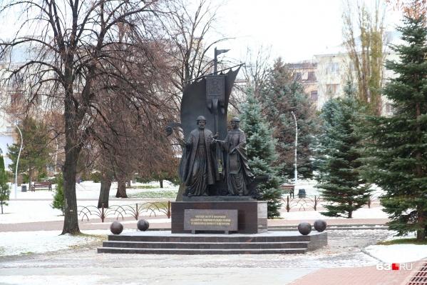 Например, скульптуру «Святые благоверные Петр и Февронья Муромские у Ладьи» будут протирать два раза в неделю