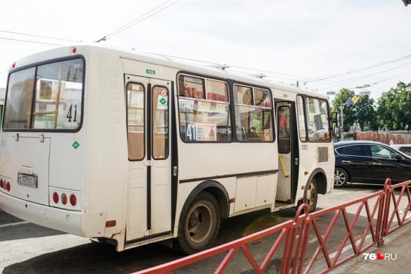 Пенсионерка выпала из открытой двери автобуса