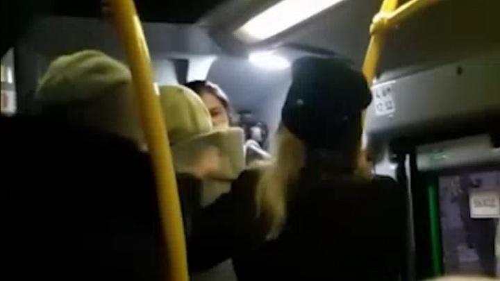 В Екатеринбурге кондуктор подралась с пассажиркой из-за спущенной с носа маски