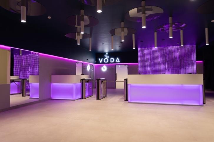 В водно-оздоровительном центре VODA с современными интерьерами можно заглянуть в кафе с открытой кухней или выпить коктейль в баре в воде