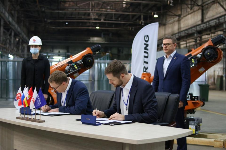 Алексей Текслер во время подписания соглашениямежду компаниями «Завод роботов» и «КУКА Россия» (мировой производитель промышленных роботов)