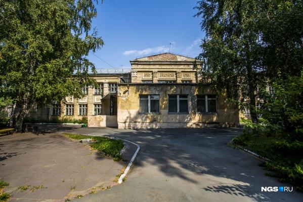 Школу построили в 1930-х годах, фасад школы украшают барельефы