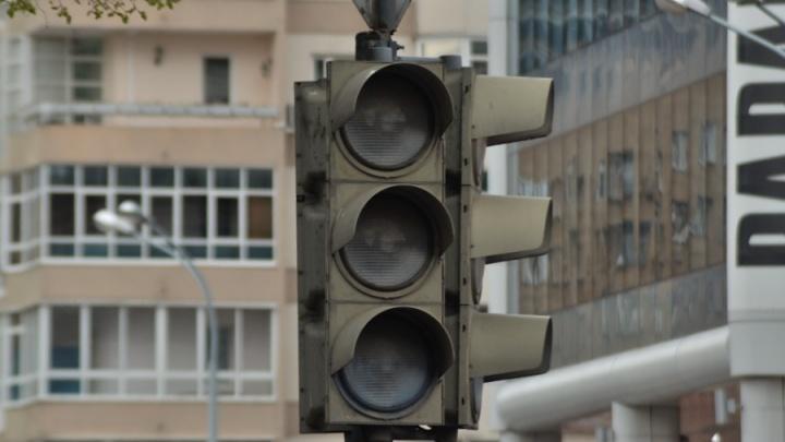 В центре Екатеринбурга из-за аварии на сетях выключились светофоры