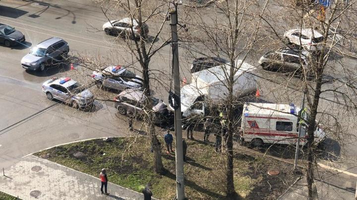 В Краснолесье на перекрестке с неработающими светофорами столкнулись иномарка и грузовик