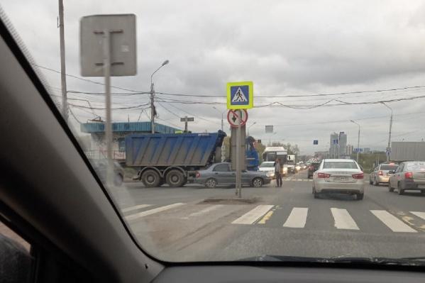 Одно из ДТП произошло на улице Спешилова. Там не разъехались КАМАЗ и Chevrolet