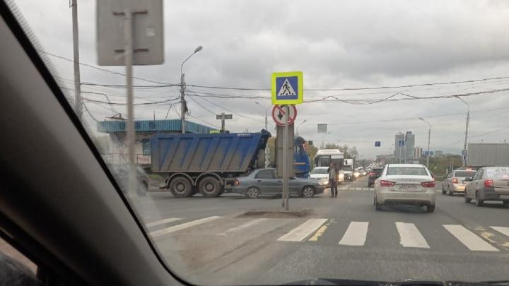 Центр Перми встал в пробках из-за двух ДТП
