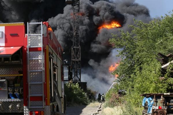Крупный пожар произошёл в промзоне на улице Валдайской